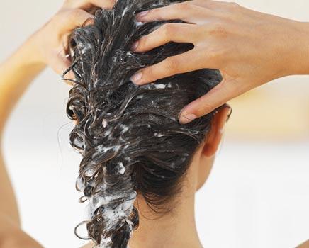 mulher massagem cabelos - Esfoliação Capilar: Receitas