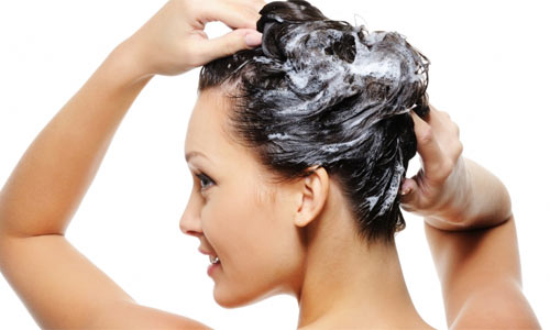 mulher lavando cabelo - Por que seu cabelo acumula resíduos?