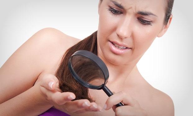 mulher olhando cabelo elastico 32793 - Reparador nosso de cada dia!